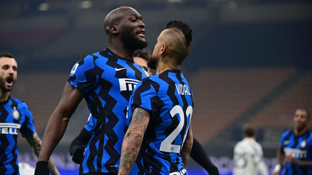 Hoy en Clubcontrol, analizaremos el Inter de Milán, de Antonio Conte. El entrenador italiano, ciertamente está dejando huella en el equipo de la ciudad de Milán, tanto por su juego ofensivo como defensivo, añadiendo así, los automatismos que está generando con sus jugadores y fichajes estrellas provenientes de la Premier League.