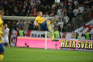 Zlatan Ibrahimovic a punto de marcar un gol histórico de volea